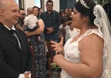 Noiva traduz música em Libras para o marido surdo durante cerimônia e vídeo comove a internet