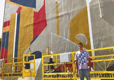 Artista goiano pinta mural de 150m² na Praça Universitária em Goiânia