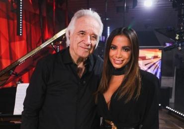 Maestro João Carlos Martins faz sua última apresentação no piano em dueto com Anitta