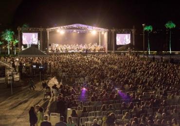 Orquestra Sinfônica do Teatro Nacional faz apresentação ao ar livre, às margens do Lago Paranoá em Brasília com entrada gratuita