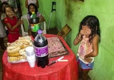 Menina se emociona com bolo de aniversário e foto viraliza: 'simples, mas de coração'