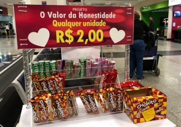 Projeto testa 'valor da honestidade' com bancas de bala e chocolate sem atendente em Goiânia