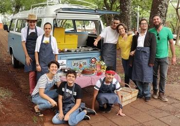 """Kombinha Azul – """"food truck"""" operado por jovens autistas volta a circular em Brasília em parceria com a Quitutices, da chef Inaiá Sant'Ana"""