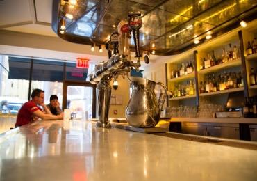 7 excelentes bares em Goiânia pra tomar cerveja direto no balcão