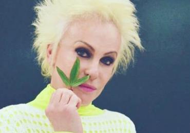 Ana Maria Braga posa com erva 'estranha' e internautas vão à loucura