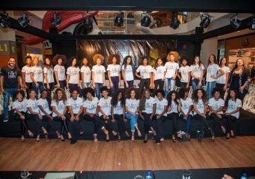 Jovens negras participam de desfile em shopping do Distrito Federal e são comparadas a escravas