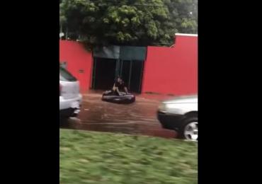 Homem surfa na correnteza formada pelas fortes chuvas em Goiânia; assista ao vídeo