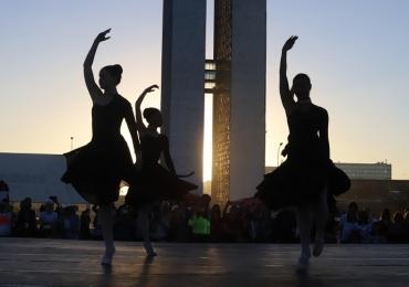 Grupo de balé faz apresentação gratuita em cartão postal de Brasília