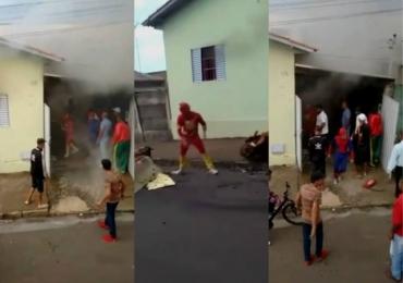 Super-Heróis da Carreta Furacão salvam família de incêndio; veja o vídeo