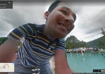 Brasileiro pula em carro do Google e foto inusitada vai parar no Street View