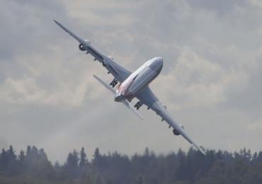 Vídeo: avião Boeing 747-8 praticamente para no ar em manobra incrível de decolagem