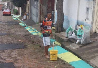 Fotos de Gabriel Jesus pintando ruas para a Copa de 2014 emocionam internautas