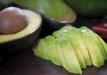 16 motivos para você comer abacate todos os dias e uma receita especial com a fruta