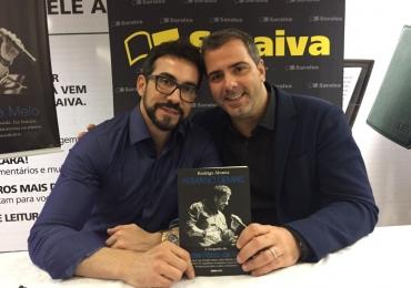 Padre Fábio de Melo e Rodrigo Alvarez lançam biografia do religioso em noite de sessão de autógrafos em Brasília