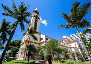 Conheça por dentro a Catedral Metropolitana de Goiânia, uma verdadeira obra de arte da arquitetura eclética em Goiás