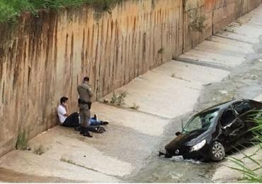 Motorista perde o controle do carro e cai na Marginal Botafogo em Goiânia
