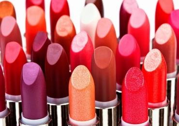 Famosa marca de cosméticos troca batons usados por novos de graça