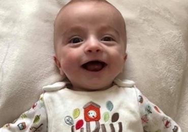 Milagre: Bebê acorda após seis meses em coma e sorri para o pai