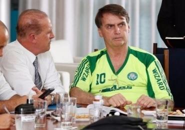 Bolsonaro aparece em reunião com camiseta pirata do Palmeiras