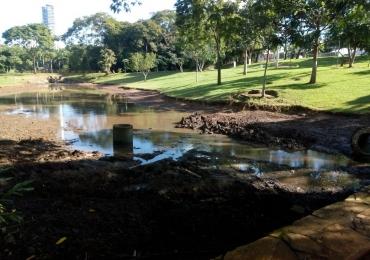 Lago das Rosas seca e impressiona pessoas que passam pela região