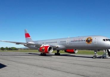 Guns N' Roses chega a Brasília a bordo de avião personalizado