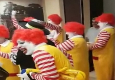 Lanchonete do Burger King é invadida por grupo de Ronalds McDonalds; assista