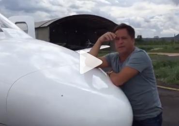 Avião de Leonardo atola na Bahia e cantor grava vídeo hilário