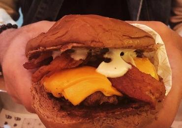 Hamburgueria no Sudoeste dá um 1 ano de hamburguer grátis a quem comer mais em campeonato