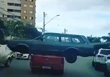 Vídeo: homem flagra 'carro carregando outro carro' pelas ruas de Goiânia