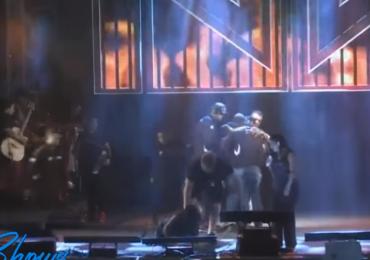 Video: Homem invade palco, agride Simaria e leva socos de Simone ao vivo