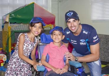 Pilotos da Stock Car visitam crianças em hospital de Goiânia