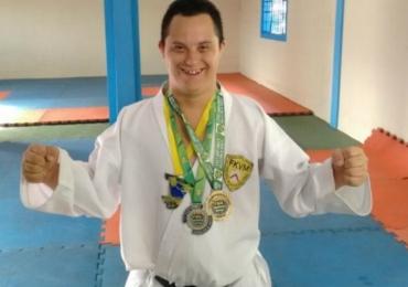 Conheça o uberlandense tetracampeão brasileiro de karatê com Síndrome de Down