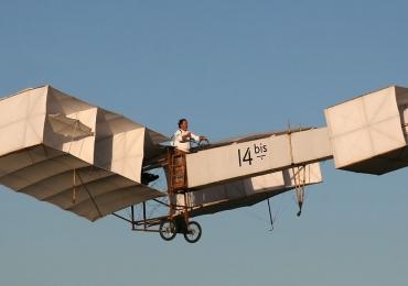 Goiano ganha fama internacional ao criar réplica que voa do avião 14 Bis