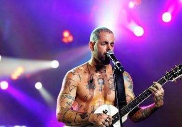 Tico Santa Cruz, vocalista do Detonautas realiza show em Goiânia