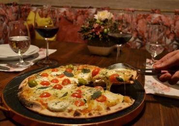 8 combinações de vinhos e pizzas para aproveitar o frio