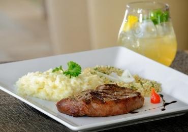 Restaurante de Brasília promove jantar em cinco etapas harmonizado com drinques especiais