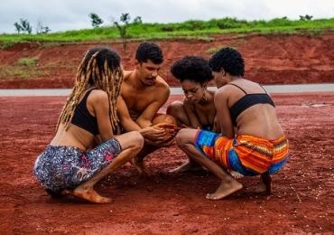 Coletivo do Distrito Federal apresenta espetáculo gratuito baseado em tradição africana
