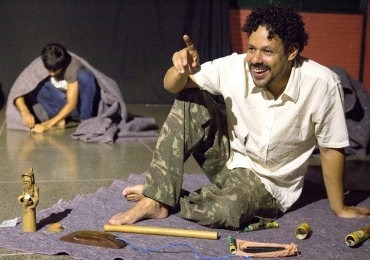 Espetáculo gratuito em Brasília reúne textos de poetas e trata dos dilemas humanos
