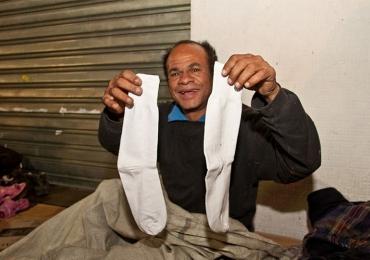 Lojas Puket recolhem meias usadas, velhas e sem par para agasalhar moradores de rua
