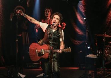 Nando Reis faz show voz e violão em Uberlândia
