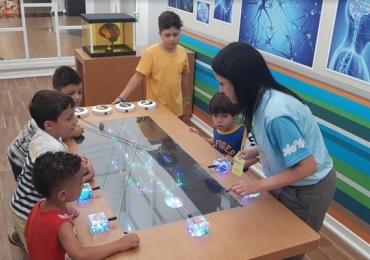 Escola de Gênios: shopping de Brasília recebe atração inspirada em série infantil