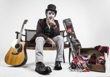 O Teatro Mágico faz show em Goiânia com a turnê Voz e Violão