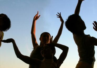 Evento oferece terapia através da dança ao ar livre com entrada gratuita neste domingo
