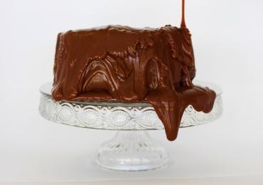 Descobrimos um bolo vulcão com calda de chocolate belga perfeito pra curar qualquer TPM