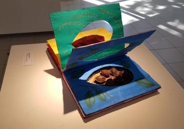 Livros descartados são transformados em obras de arte em Uberlândia; visitação é gratuita/ Público poderá conferir a exposição até o dia 21 de agosto