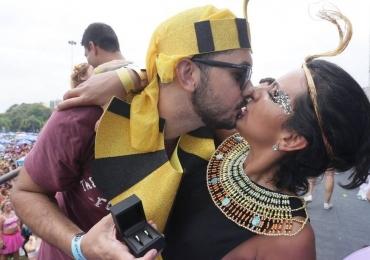Pedido de casamento empolga multidão em Carnaval do Rio de Janeiro
