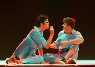 Mateus Solano e Miguel Thiré apresentam peça com direção de Marcos Caruso em Goiânia