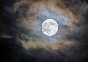 Brasília recebe caminhada noturna da lua cheia