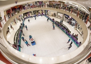 Shopping de Brasília oferece pista de patinação no gelo
