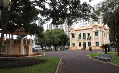 Praça Clarimundo Carneiro recebe sessão de cinema aberta ao público em Uberlândia